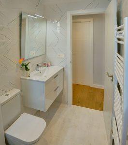 baño blanco con madera vintage