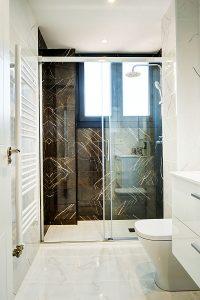 baño blanco y negro vintage